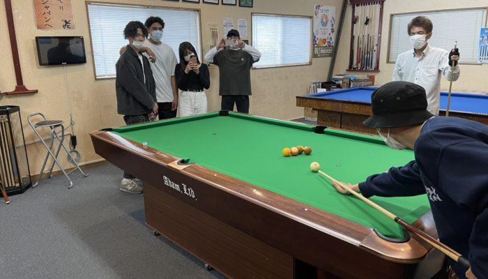 武蔵野学院大学3年生にトリックショットを指導